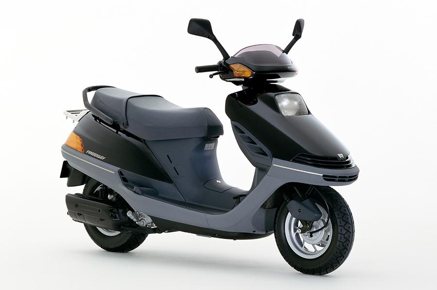 Honda   大容量のセンタートランクを内蔵した高速道路も走れる軽二輪 ...