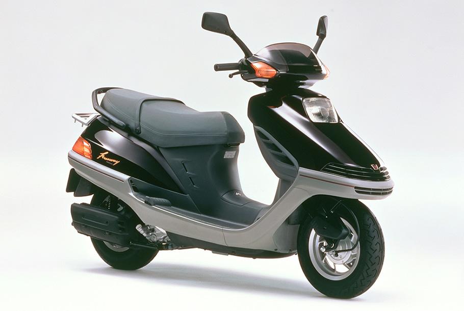 Honda   大容量のセンタートランクを内蔵し高速道路も走れる軽二輪 ...