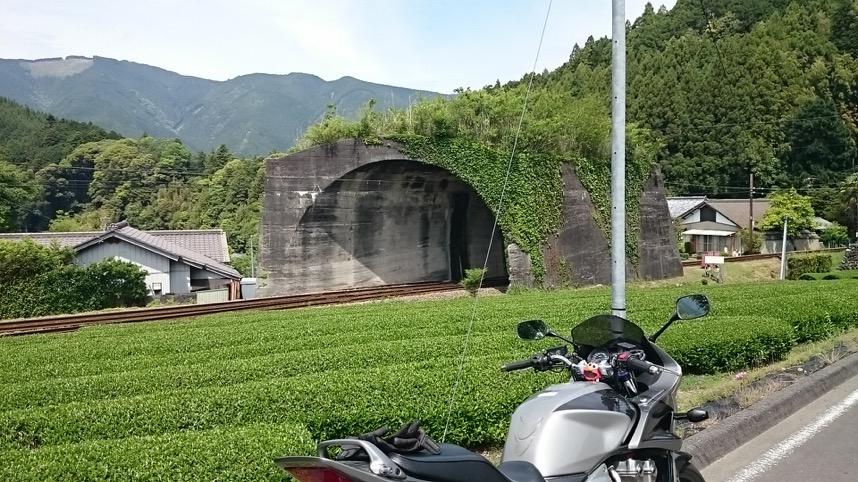 日本一短いトンネルのまえで