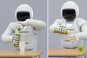 水筒を握り、ふたを開け、紙コップに水を注ぐASIMO