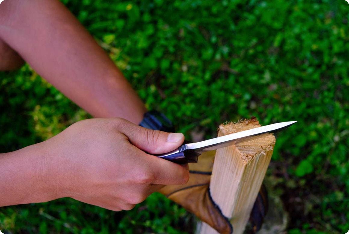ナイフで薪作り! バトニングのやり方と フェザースティックの作り方 割り方1