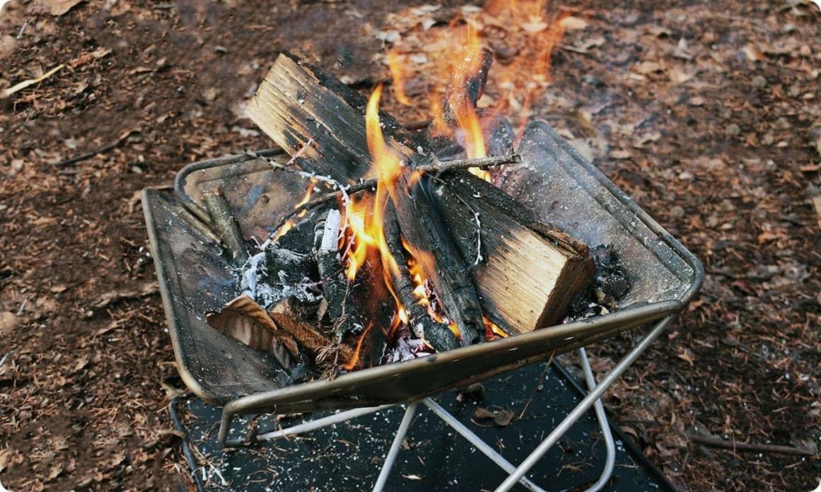 炊き火台にも自然にもやさしく!焚き火の上手な片付け方 - キャンプを ...